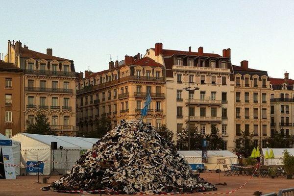 Lyon, la pyramide de chaussures édifiée sur la place Bellecour. L'opération est organisée par l'ONG lyonnaise Handicap International, c'est la 24e édition. 28/9/18
