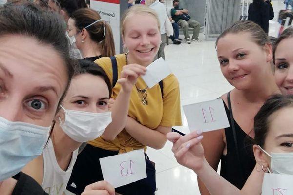 A l'aéroport, Fanny et Lorrie (à gauche)