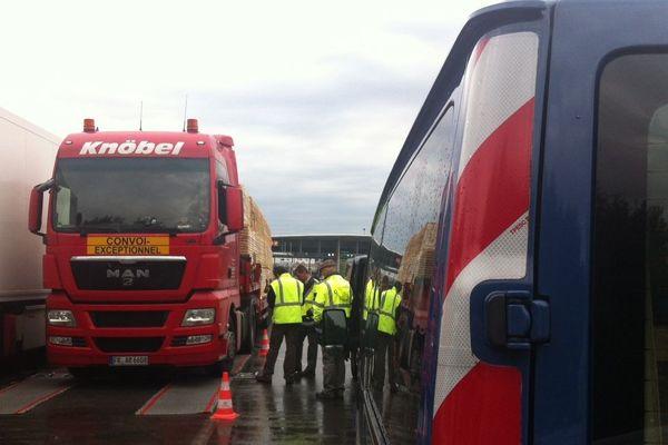 Les camions français mais aussi étrangers font l'objet de contrôle pour prévenir les risques d'accident.