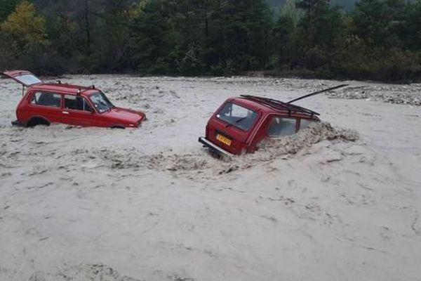 Deux véhicules submergés par la montée des eaux de la Béoux