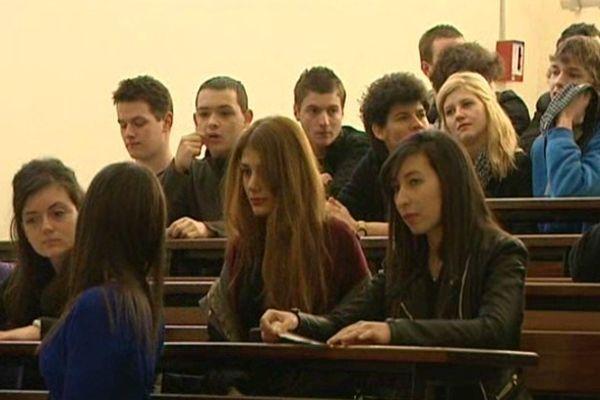 Ces lycéens sur les bancs de la fac sont les jeunes scientifiques de demain.