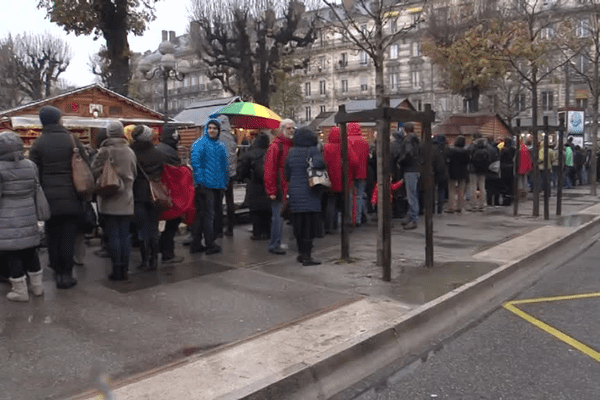 La chaîne humaine entoure le Marché de Noël