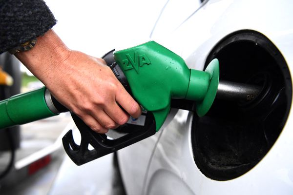 Le prix du carburant à la pompe bat des records en France.