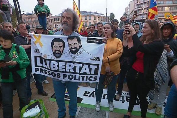 Environ 500 personnes se sont rassemblées place de la Catalogne à Perpignan en soutien aux élus indépendantistes catalans condamnés à des peines de 9 à 13 ans de prison pour la tentative de sécession de la Catalogne en 2017.