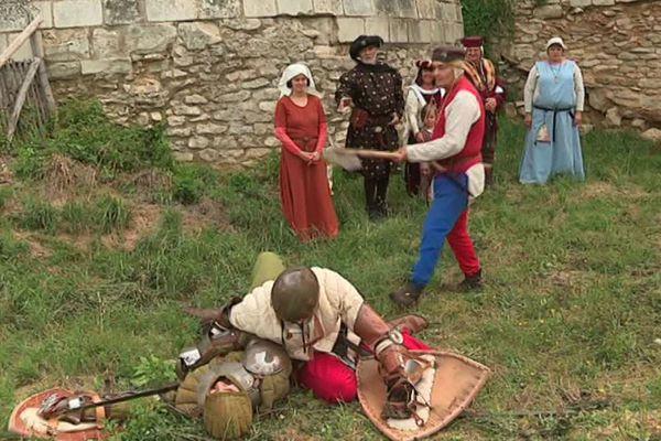 Démonstration de combats médiévaux pendant les animations au Coudray-Salbart.