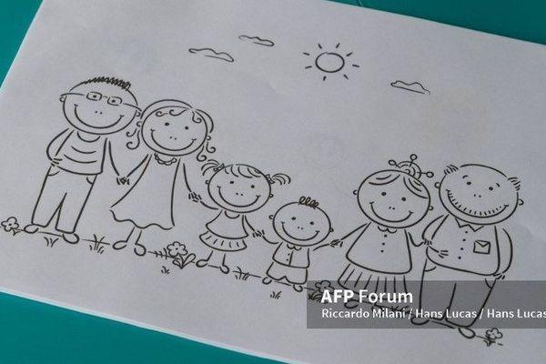 Illustration d'une famille dessinée sur une feuille en papier.