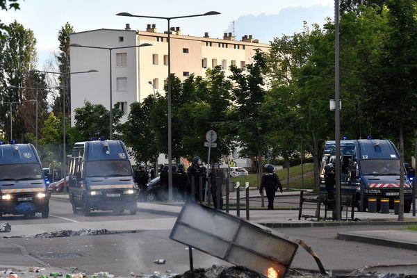 De nombreuses forces de l'ordre ont été dépêchées dans le quartier des Grésilles, à Dijon, lundi 15 juin 2020.