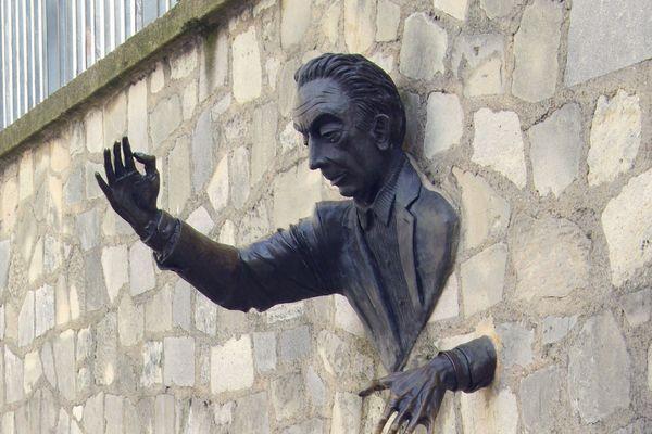 La statue de Jean Marias consacré à Marcel Aymé, sur le place de Paris qui porte son nom