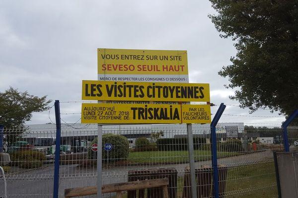 L'entrée de la coopérative Triskalia à Glomel, bloquée par les faucheurs volontaires