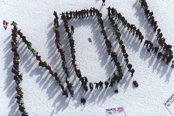 """Environ 200 personnes ont formé un """"NON"""" géant dans la neige."""
