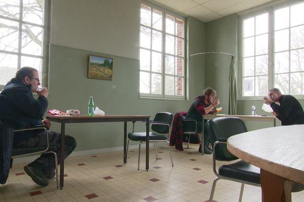 4 mars 2021- Des employés du BTP en train de déjeuner dans la salle du conseil municipal de la mairie de Daubeuf-la-Campagne (Eure)
