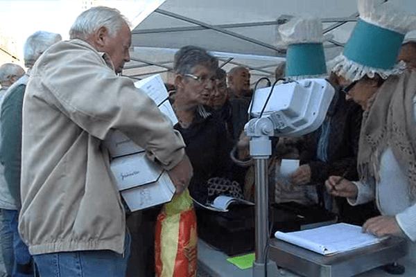 La vente organisée ce vendredi matin par la biscuiterie Jeannette au marché Saint-Sauveur a été un succès.