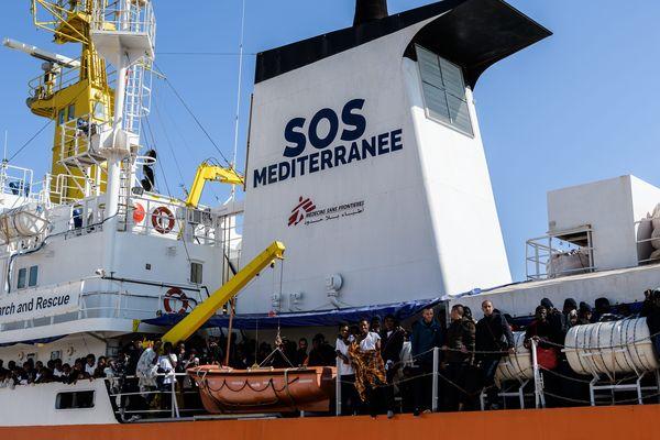 L'Aquarius est un navire qui effectue des missions de secours en mer pour venir en aide aux migrants. Il est équipé d'une clinique, peut accueillir jusqu'à 500 personnes.