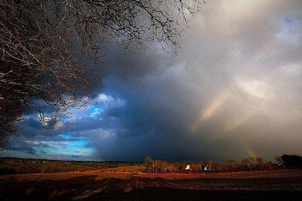 Temps maussade et arc-en-ciel à Elliant