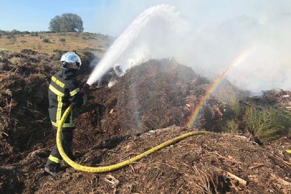A Domérat (Allier), au lendemain d'un incendie qui a consumé quelque 3 000 m3 de déchets, les pompiers sont toujours mobilisés.