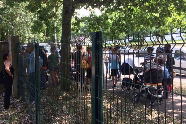 Les migrants ont été empêchés par la police de rentrer dans le complexe sportif du Haut-Sancé, rue de Châteaugiron, à Rennes