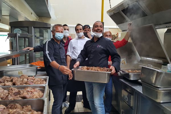 Une douzaine de restaurateurs d'Alençon ont cuisiné 415 repas pour apporter du baume au coeur aux agents des services publics de la ville en première ligne face au coronavirus.
