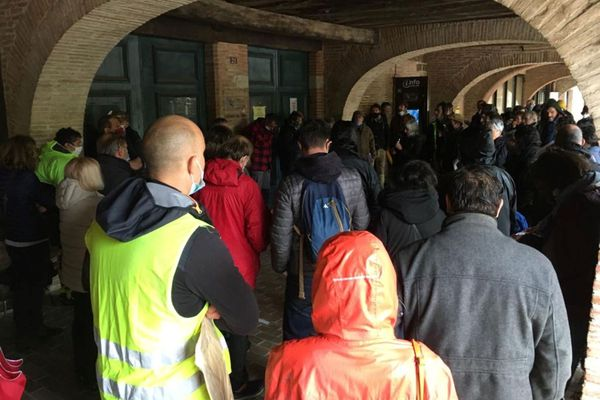 Rassemblement des opposants au barrage de Sivens devant la mairie de Lisle-sur-Tarn