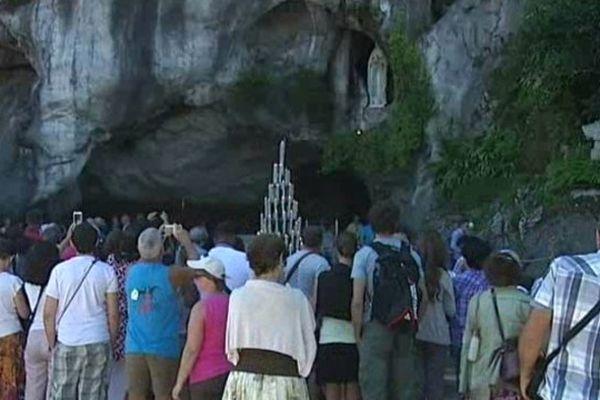 La grotte de Lourdes, devant laquelle l'artiste franco-luxembourgeoise Déborah de Robertis a été interpellée nue vendredi. Photo d'archives