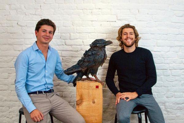 Thibault Cour, 23 ans, et Jules Mollaret, 25 ans, ont créé leur startup, Birds for change, en 2020 à Marseille autour d'une idée : des oiseaux comme les corvidés peuvent être dressés à ramasser nos détritus en échange de nourriture.