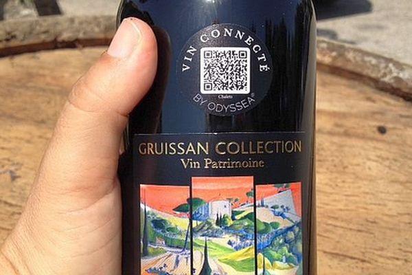 Les bouteilles sont étiquetées d'un flashcode et d'une représentation d'un site historique de Gruissan. Juillet 2015.