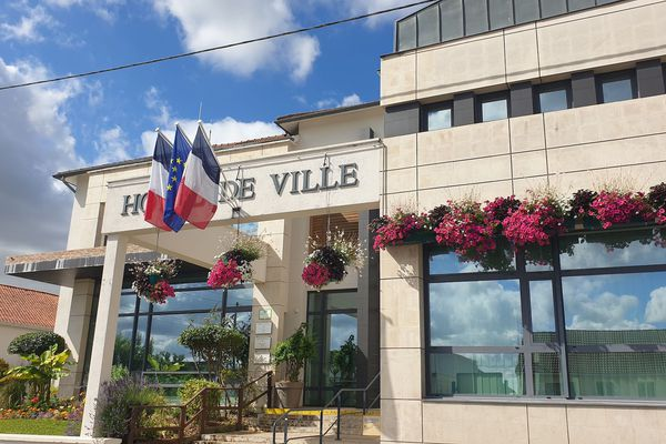 Les abords de la mairie de Fagnières sont fleuris, il faut dire que la commune mise sur le 0 phytosanitaire et les plantes mellifères