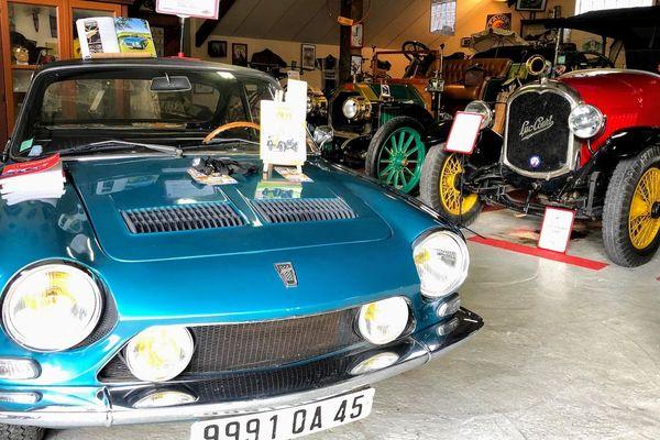 Une Simca des années 70 se charge de l'accueil à l'entrée de la Grange Rétro.