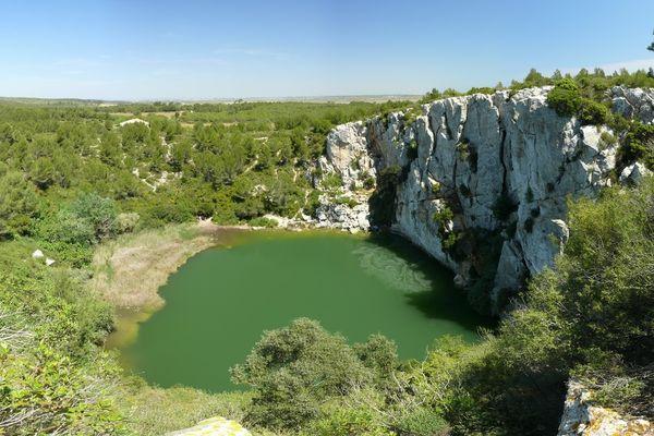 Le Gouffre de l'oeil doux est un lac situé entre Narbonne et la Méditerranée. Interdit officiellement à la baignade, il est cependant très fréquenté, notamment en été où les touristes séjournant dans la région s'amusent à plonger depuis la falaise.