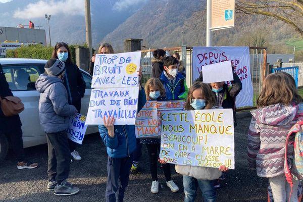 Parents d'élèves et leurs enfants de l'école de Saint-Béat (31) ont manifesté ce lundi car le toit de leur école n'est toujours pas réparé.