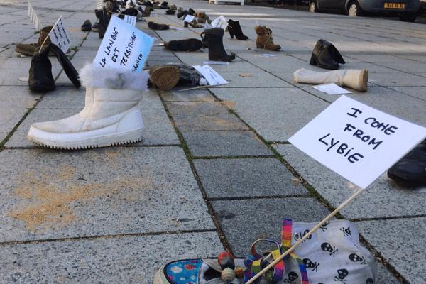Des chaussures et des messages à Montluçon pour rappeler la longue traversée des hommes et des femmes.