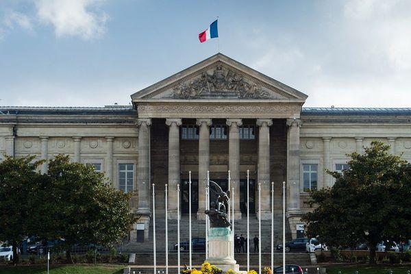 La chambre de l'instruction de la cour d'appel d'Angers a ordonné ce mercredi le placement en détention provisoire d'un gardien de la paix de 50 ans soupçonné de viol. Le policier avait été mis en examen le 12 septembre par un juge d'instruction, pour viol, harcèlement et agressions sexuelles.