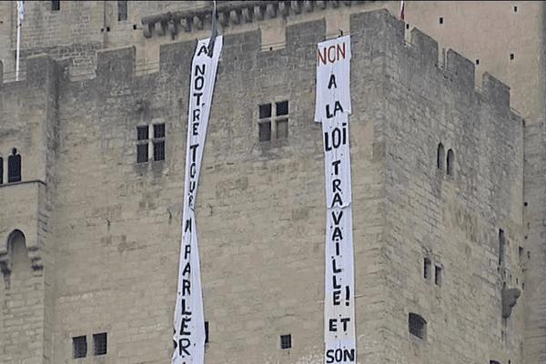 Les militants de Nuit debout ont déroulé deux banderoles le long de la façade de la Tour de Crest, visibles depuis le centre-ville.