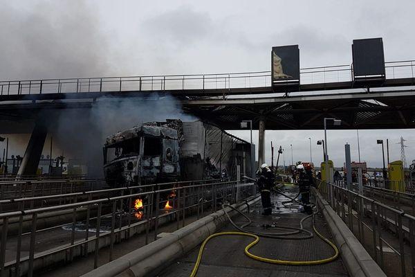 Un poids lourd a pris feu au péage Chamant sur l'autoroute A1 dans l'Oise mardi 26 novembre 2019.