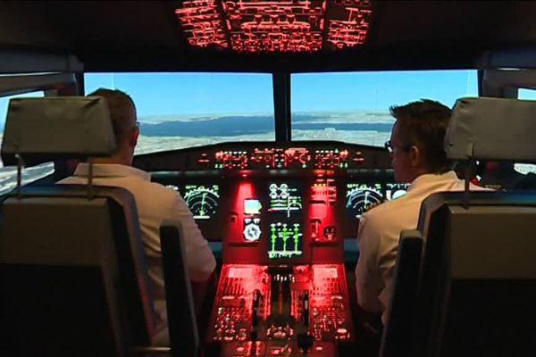 La cabine d'un A 320 comme si vous y étiez, sauf qu'il s'agit d'un simulateur de vol.