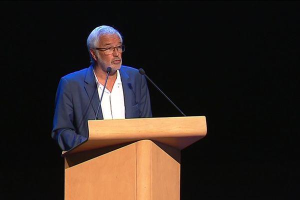 François Rebsamen à la tribune du séminaire de la Fédération nationale des élus socialistes et républicains (FNESR)