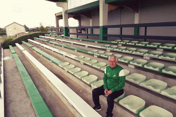 Deux-Sèvres : un habitant de Saint-Varent repeint le stade municipal pour s'occuper pendant le confinement