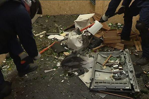 Télévision, assiettes et bouteilles... tout est à casser.