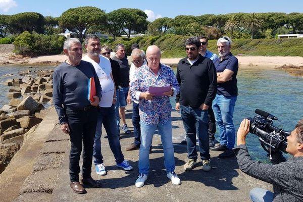 Ce jeudi 23 mai, une vingtaine de personnes s'est rassemblée sur les pontons privés de l'hôtel Sofitel et de la famille Dassault situé quelques mètres plus loin, à Porticcio.