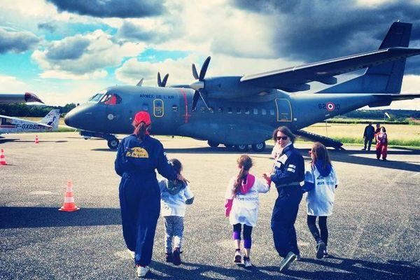 Pilotes et enfants, devant le Casa de l'Armée de l'air, présent sur la piste de l'aérodrome de Mâcon-Charnay mercredi 20 mai