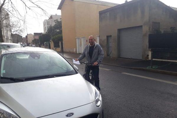 Nicolas, un jeune cycliste de Villeurbanne, tente de convaincre les automobilistes qu'il croise de couper leurs moteurs quand ils sont à l'arrêt. En 2 ans il a distribué 500 tracts, avec une très grande réussite.