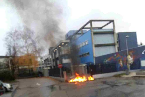 Photo prise ce matin par un témoin devant le lycée Marie Curie d'Echirolles.