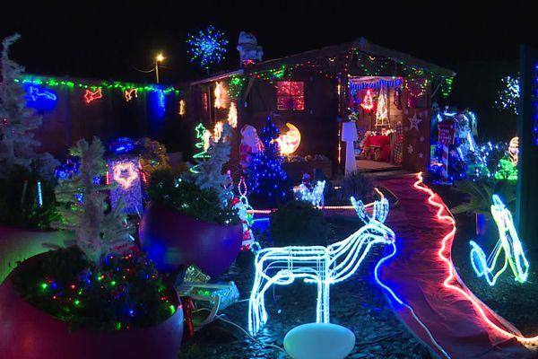 A Raimbeaucourt (Nord) et Neuvireuil (Pas-de-Calais), des maisons scintillent de mille feux pour Noël.