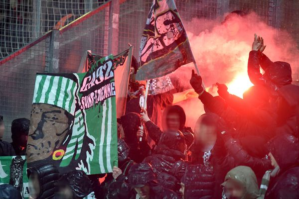 Fumigènes dans la tribune des supporters stéphanois