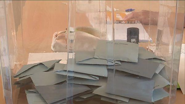 L'urne du bureau de vote de l'école Edouard-Branly se remplit. Il s'agit du bureau le plus proche du Parlement Européen, tout un symbole.