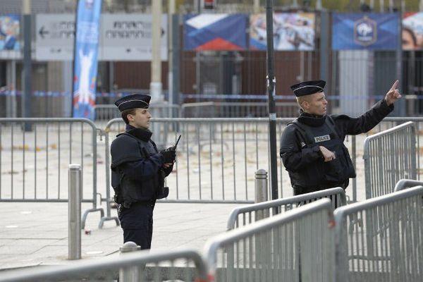 Une patrouille de police devant le Stade de France