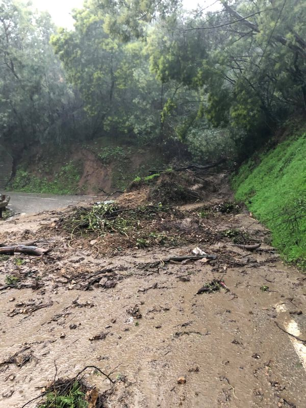 Une coulée de boue a coupé la route dans le massif du Tanneron.