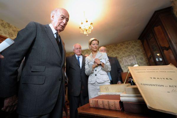 L'ancien président de la République Valéry Giscard d'Estaing visite le bureau de Robert Schuman situé dans sa maison natale à Scy-Chazelles près de Metz, le 09 mai 2009.