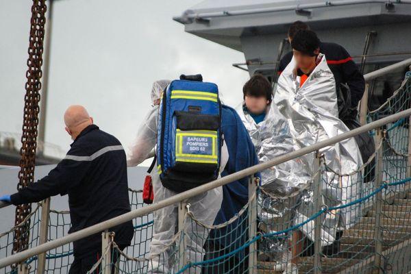 Les équipes de secours françaises viennent en aide à un groupe de 17 migrants le 18 octobre 2020 à Calais, après avoir été secourus au large de la ville portuaire du nord de la France alors qu'ils tentaient de rejoindre l'Angleterre en traversant la Manche sur un bateau pneumatique.