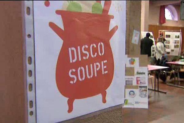 Disco Soupe est un mouvement né à Paris en mars 2012, qui consiste à cuisiner des fruits et légumes rebuts ou invendus dans une ambiance musicale et festive.
