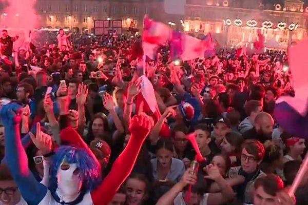 Chaude ambiance place Ducale à Charleville-Mézières lors de la retransmission de la demi-finale des Bleus.